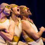 Photo représentant 3 personnages en train de rire aux éclats. Ils sont costumés en canard, ils portent un bonnet de bain, des lunettes de natation et un maillot de corps.