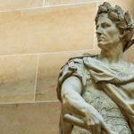 Photo représentant une statue de César avec une couronne de laurier