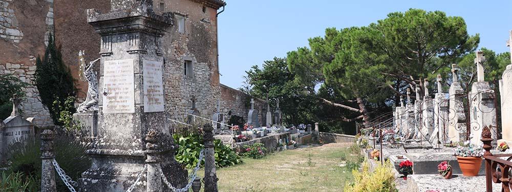 Photo du cimetière de Venelles montrant les statues et le patrimoine Venellois