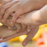 Photo d'enfants ayant placé leurs mains les unes par rapport aux autres