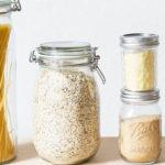 Pots de pates et de céréales sut un fond blanc