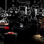Photo représentant un pianiste et un batteur en train d'accompagner en direct un film d'animation projeté sur un écran
