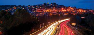 Photo de la ville de Venelles vue de nuit avec la ville de loin et l'autoroute