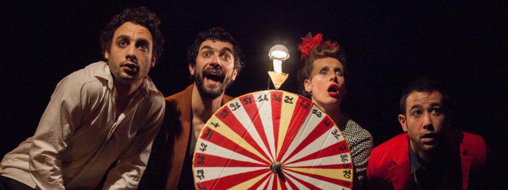 Photo représentant les 4 artistes aux visages surpris ou ahuris autour d'une roue de bingo