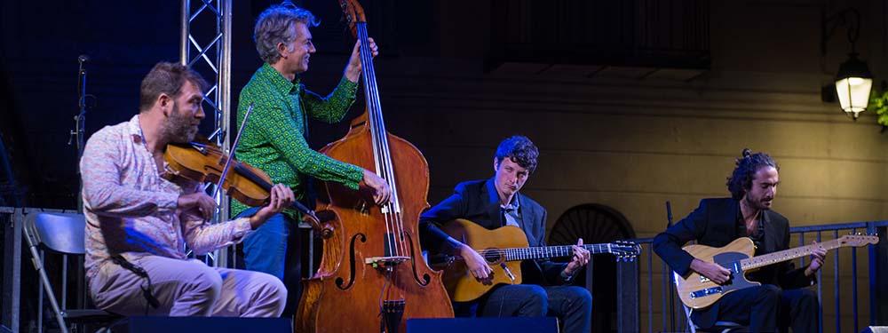 Photo du groupe Tzwing sur scène avec leurs instruments