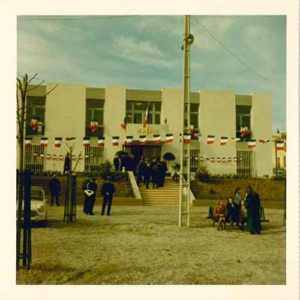Photo montrant l'inauguration de la première mairie aux Logis en 1970