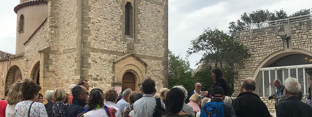 Photo montrant du monde lors des journées du Patrimoine devant l'Eglise de Venelles-le-Haut