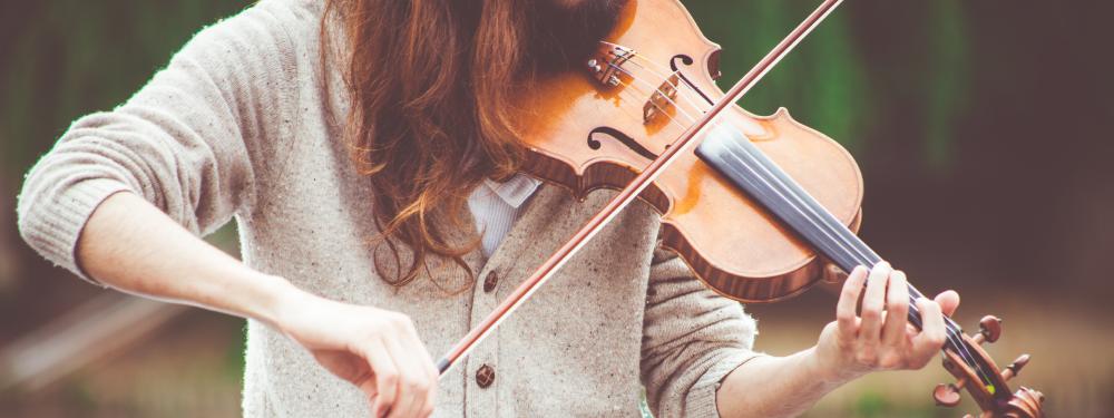 Photo d'une femme en train de jouer du violon