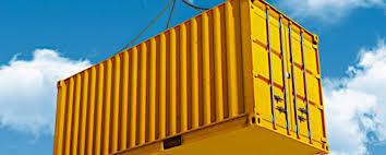 Photo d'une grosse caisse d'entrepôt soulevé par une grue