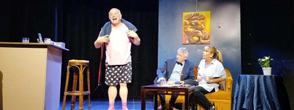Photo des 3 acteurs de la comédie Toutou sur scène