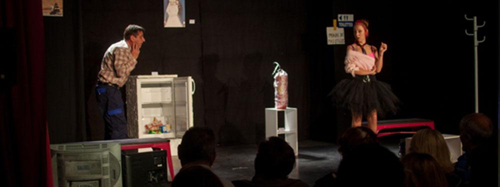 photo des 2 acteurs de la comédie de l'art et du cochon sur scène