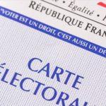 Photo d'une carte électorale rangée dans la poche arrière d'un jean