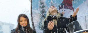 Photo montrant 2 Venelloises dans une boule à neige de Noël