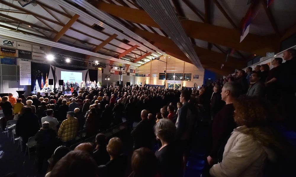 Photo de la salle lors de la cérémonie des voeux 2020 debout pour chanter la Marseillaise