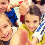 Photo de plusieurs enfants avec le pouce en l'air