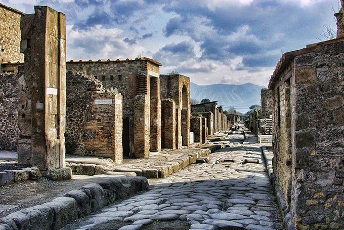 Photo représentant les ruines de Pompei sous un ciel bleu