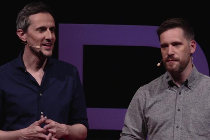 Sur scène, photo représentant deux hommes en train de parler.