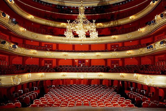 Vue de la scène, photo représentant le théâtre de la comédie française en pleine lumière.