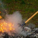 Photo montrant un homme en train de brûler des déchets verts