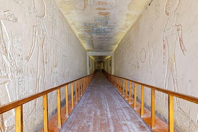 Photo représentant une vue en trois dimensions de l'entrée du tombeau de Ramsès VI.