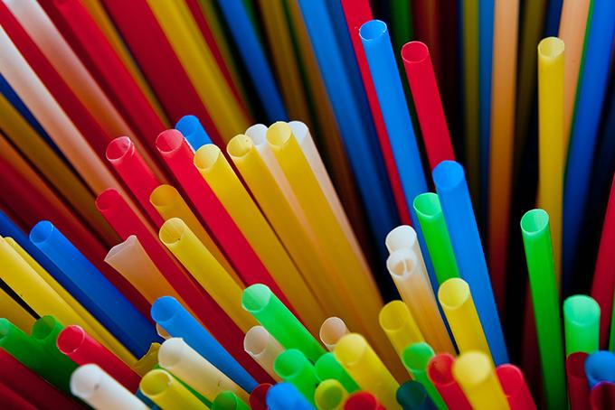 Photo représentant une multitude de pailles de toutes les couleurs