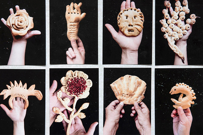 Photo représentant plusieurs figures réalisées avec du pain traditionnel algérien en argile. De gauche à droite, on distingue, une rose, une main avec un doigt replié, une tête de lion, une fleur, une sorte de dinosaure, une fleur avec du pistil rouge, un coquillage et un hippocampe.