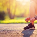 Photo d'une joggueuse en train de refaire ses lacets