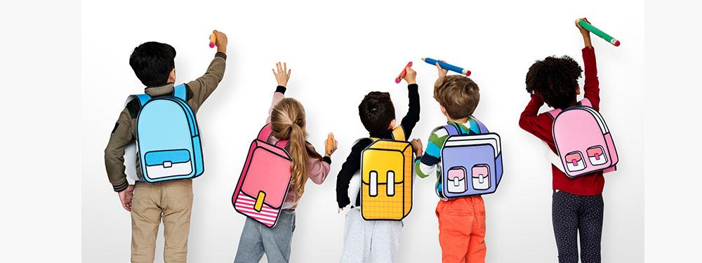 Photo de 5 enfants de dos avec des cartables en dessins en train de dessiner sur un mur blanc