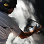 Photo d'un Graffeur en train de peindre à la bombe