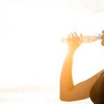 Photo d'une femme en train de boire une bouteille d'eau