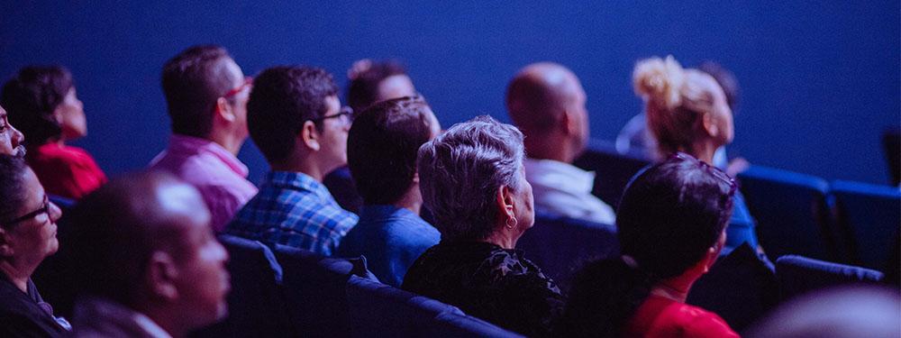 Photo d'une assemblée assise devant un écran de cinéma