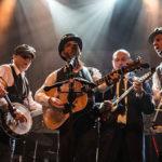 Photo du groupe de musique les Grasslers sur scène avec leurs instruments de musique