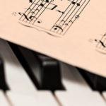 Photo d'une partition de musique posée sur un piano
