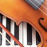 Photo représentant un violon posé un clavier de piano