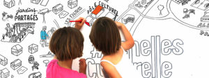 Photo de 2 petites filles en train de colorier un plan de la ville