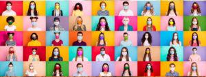 Photo de plein de personne dans des carrés de couleurs portant un masque