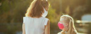 Photo d'une femme et d'une fillette portant des masques dans la rue