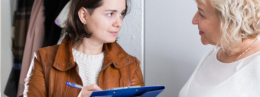 Photo d'une femme en train de questionner une autre femme pour le recensement