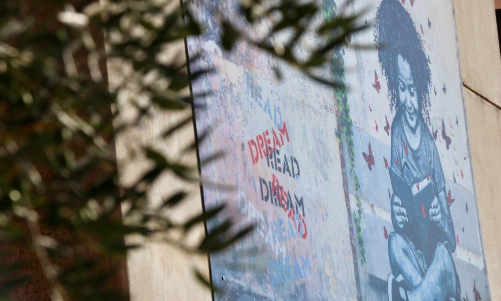 """""""La petite liseuse"""" de Jef Aérosol, une oeuvre qui trouve parfaitement sa place devant la médiathèque."""