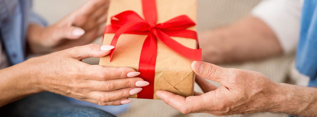 Photo d'une femme offrant un cadeau à une seniors