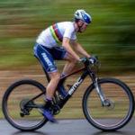 Photo de Mathis Azzaro en pleine course sur son vélo
