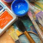 Photo montrant de la peinture et des pinceaux