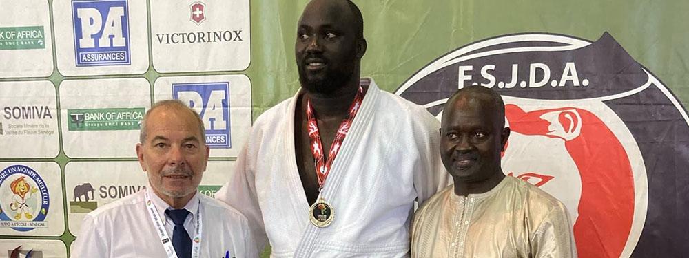 Photo de Mbagnyc Ndiaye avec sa médaille d'or au Dakar African Open