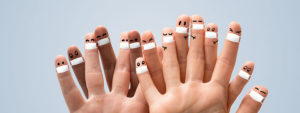 Photo de doigts avec des petits personnages dessinés avec des masques
