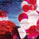 Photo des illuminations de Noël de Venelles avec un père Noel, une boite aux lettres et un sapin