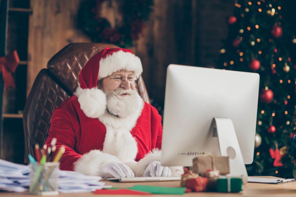 Photo du Père Noel derrière un écran d'ordinateur
