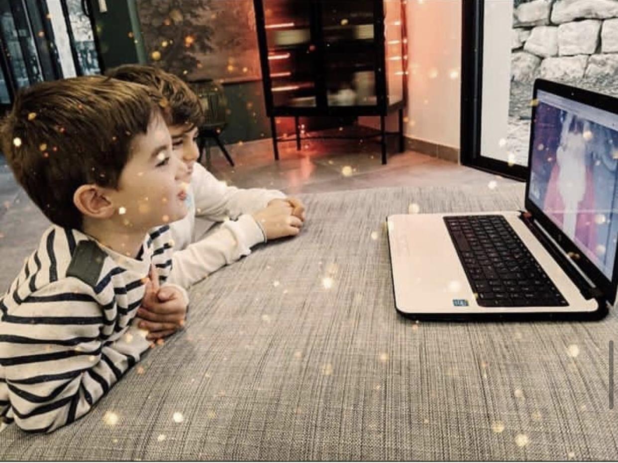 Photo de 2 enfants en train de faire un rendez-vous virtuel avec le Père Noël