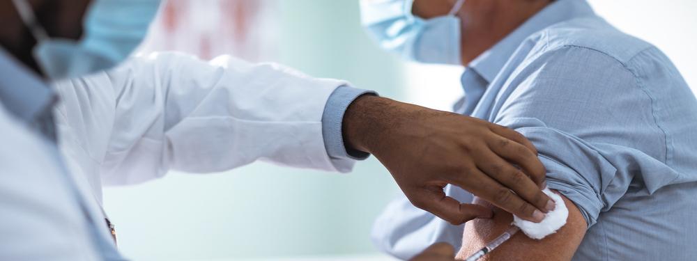 Photo d'un médecin en train de vacciner un patient