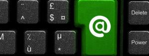 Photo montrant un clavier d'ordinateur avec l'arobase verte