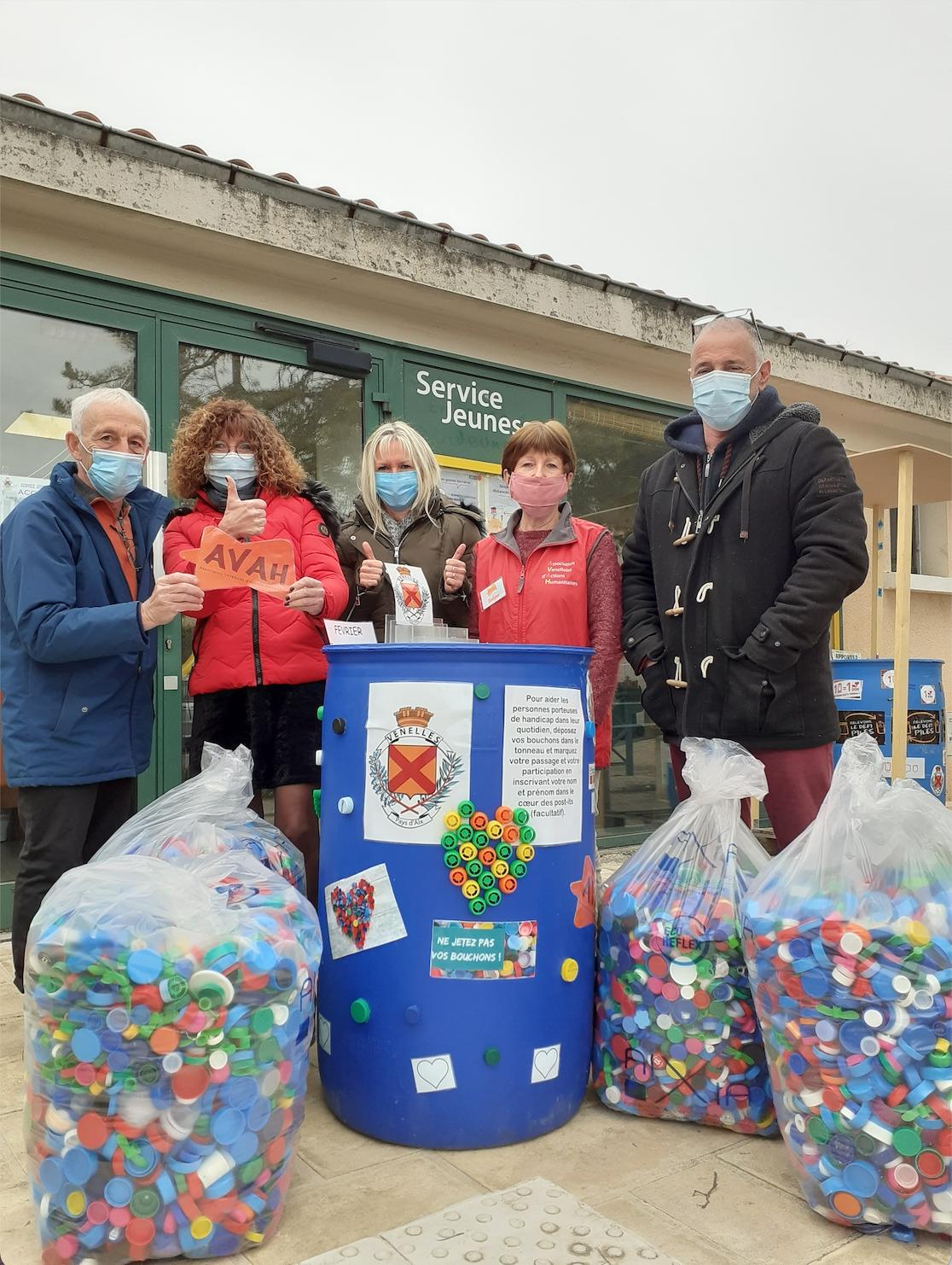Photo de l'équipe du service jeunesse et de l'AVAH en partenariat pour la collecte des bouchons en plastique